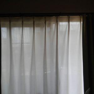 中から外は、ある程度見えるカーテン